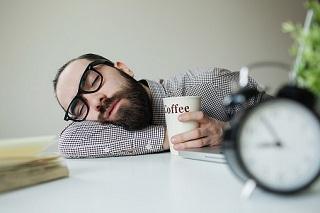 Недосипання впливає на організм так само, як і алкоголь